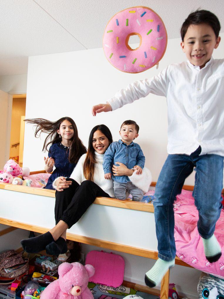 Jenesse Sta Ana (24) met Ivonne (9), Iverson (11 maanden) en Aeden (7).  Beeld null