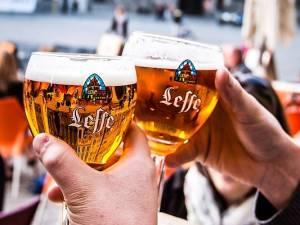 Leffe invite les Belges à se réunir autour d'une bière le long de la frontière linguistique