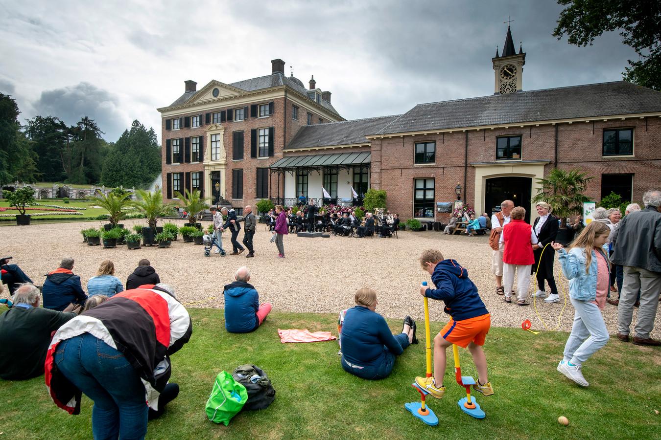 Rozendaal vierde afgelopen zondag bij het kasteel het 200-jarig bestaan van de gemeente tijdens de jaarlijkse Buitendag.