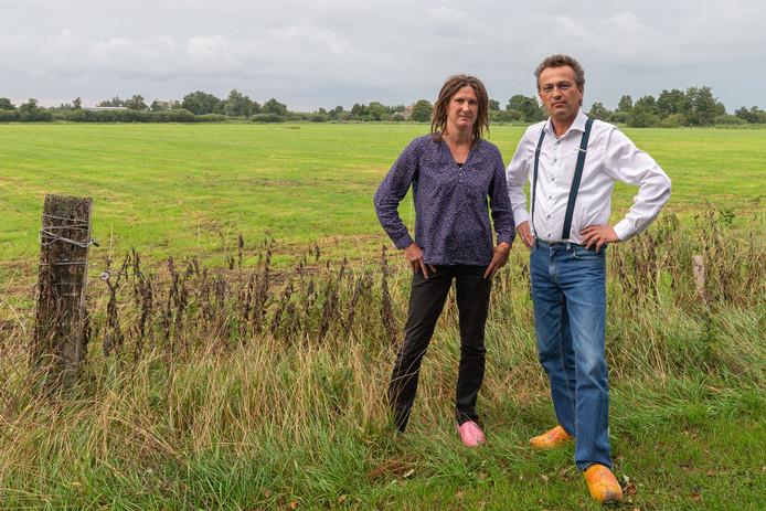 Berend Hammer en zijn vrouw Jacintha gaan bij de gemeente een bezwaar indienen tegen een bouwplan voor een landhuis.