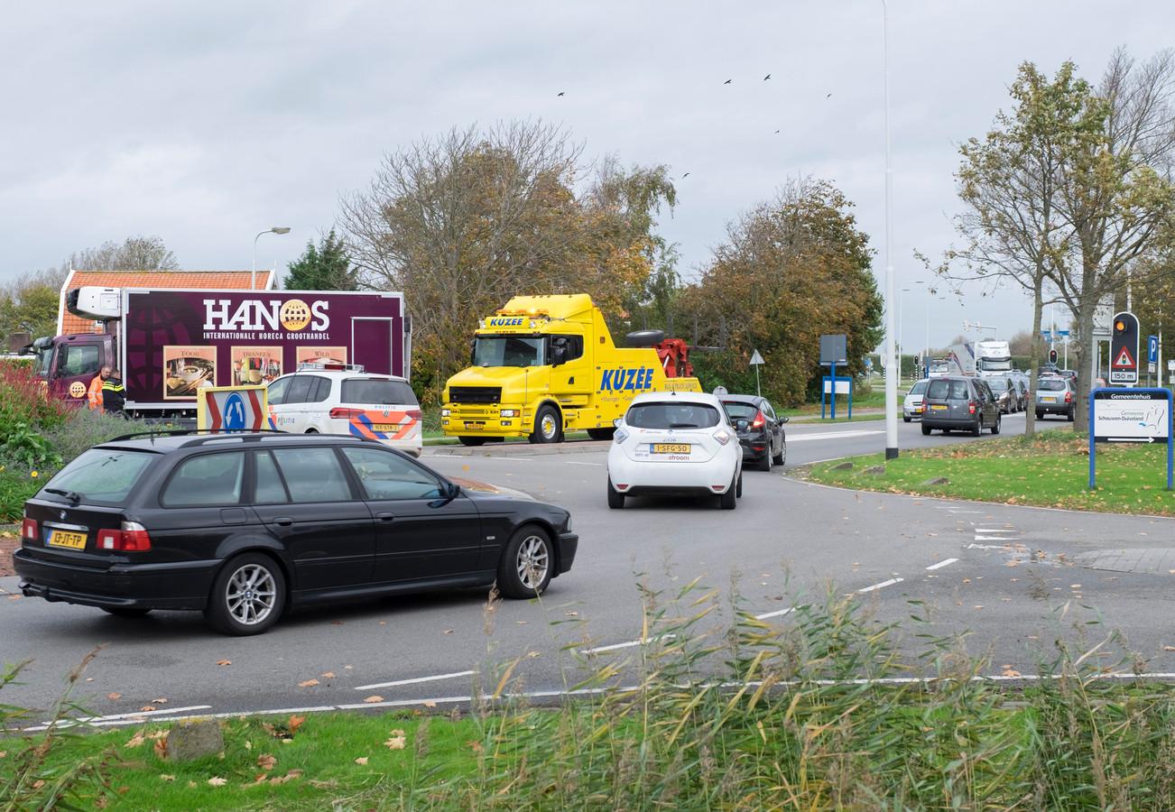 Ter hoogte van de rotonde tegenover het gemeentehuis in Zierikzee staat het verkeer regelmatig vast.
