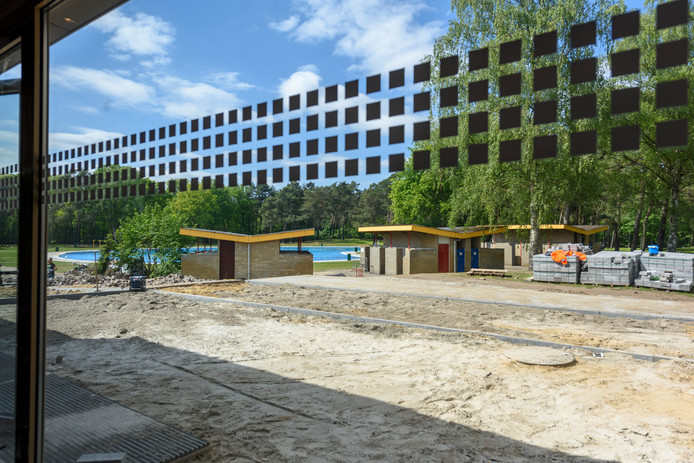 Bij de oplevering van het gerenoveerde zwembad De Wedert in mei vorig jaar was al duidelijk dat de oude kleedhokjes bij het buitenbad uit de toon vallen.