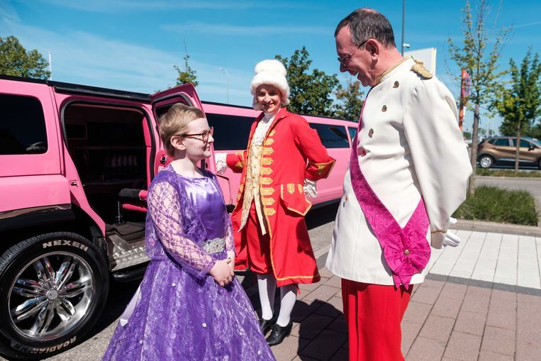 Prins Markske verwelkomt prinses Lyana. Een lakei opende de deur.