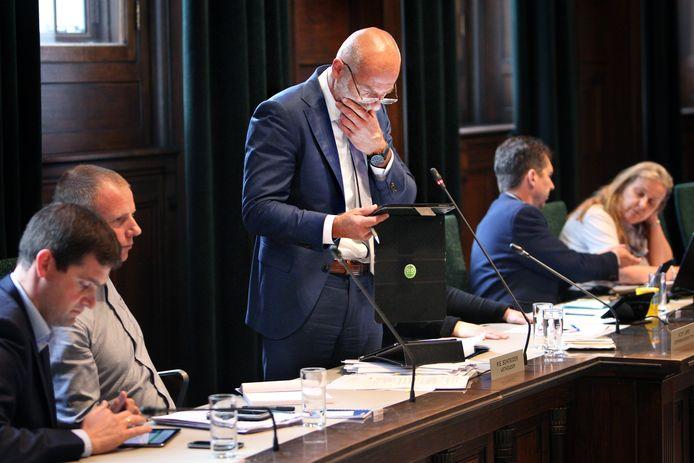 Wethouder Ronald Schneider tijdens een vergadering op het stadhuis in Rotterdam.