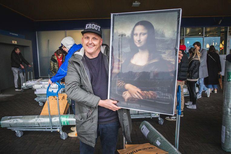 Steve Schweng is tevreden dat hij met deze verlichte Mona Lisa-replica naar huis kan.