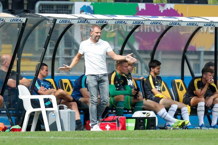 Maurice Steijn stuurt zijn ploeg aan in de wedstrijd tegen Heerenveen.