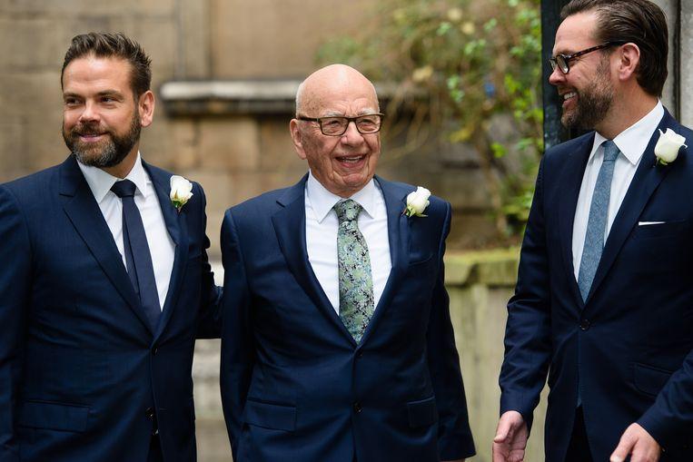 James Murdoch (rechts) en Lachlan Murdoch (links) met vader Rupert. James, ooit de gedoodverfde troonopvolger, verlaat zijn vaders bedrijf, omdat hij zegt zich niet meer te kunnen verenigen met een deel van de redactionele inhoud. Beeld Hollandse Hoogte / AFP
