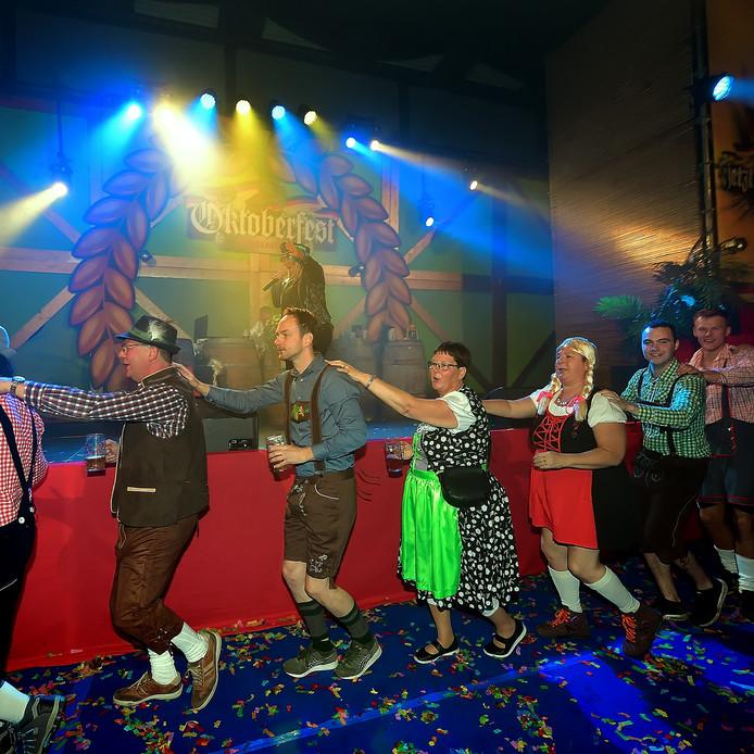 roosendaal - 20191005 - pix4profs/petervantrijen.oktoberfest in evenementenhal de stok.polonaise met bierpullen