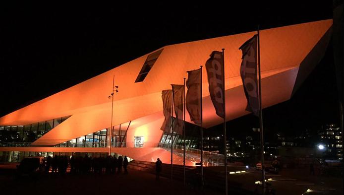 EYE in Amsterdam is in oranje licht gehuld.