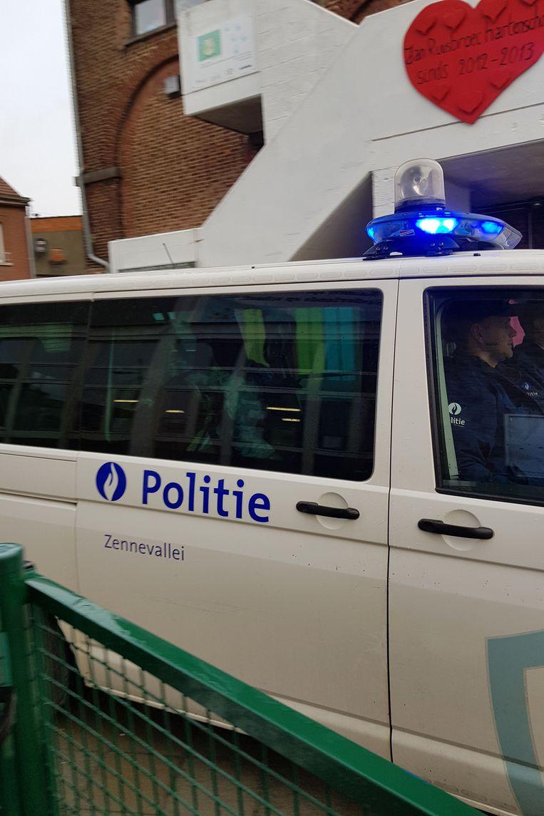 De combi met Sinterklaas rijdt de speelplaats op van de Vrije Basisschool Jan Ruusbroec.