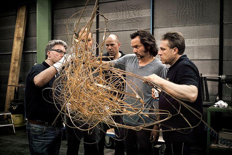 Arne Quinze tijdens de afwerking van het gestolen kunstwerk