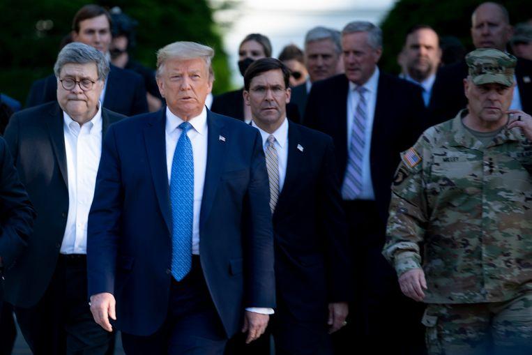 De Amerikaanse president Trump wandelt naar de St. John's Episcopaalse Kerk. Uiterst rechts loopt generaal Milley.  Beeld AFP