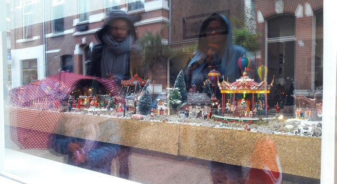 Toeschouwers voor het raam van Adriaan.