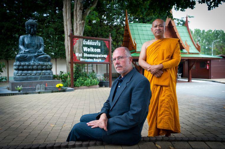 """Voorzitter Waldimar Van der Elst en een monnik aan de """"te kleine"""" tempel in de Kauterdreef."""