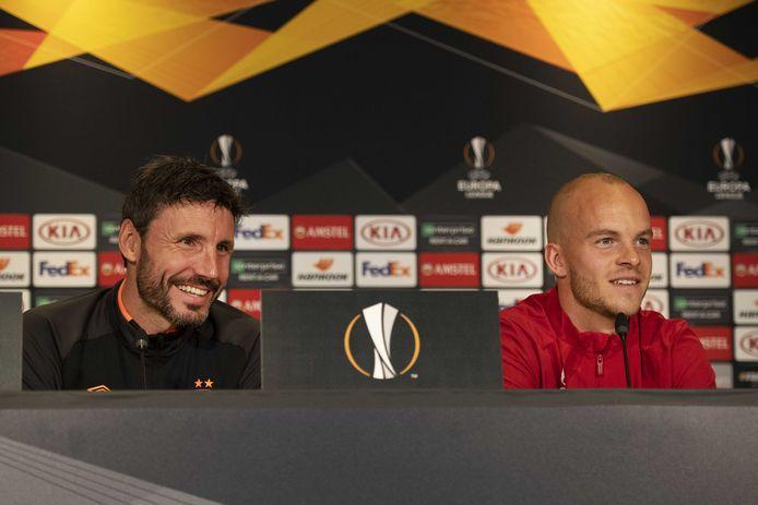 Mark van Bommel en Jorrit Hendrix bij de persconferentie voorafgaand aan PSV-Sporting Portugal.
