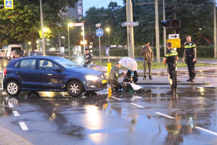 Omstanders hielden met paraplu's het slachtoffer droog