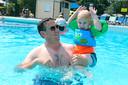 Mees en zijn vader Arjen den Ouden plonzen erop los in het Gorcumse Caribabad. Reserveren voor een plaatsje in het zwembad was wel verplicht.
