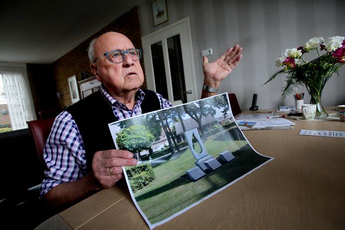 Rook Belder met een afbeelding van het monument dat morgen in Westmaas wordt onthuld.