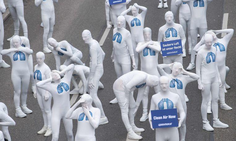 Greenpeace-activisten protesteren om het recht op schone lucht bij een protest tegen dieselmotoren in het Duitse Stuttgart vorig jaar.
