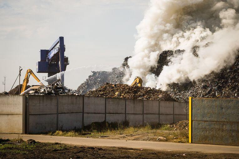 De rook ging tot 600 meter hoog en verspreidde zich tot in Wondelgem en Evergem.
