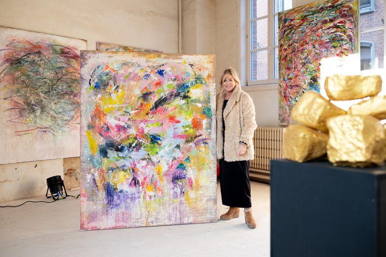 Kunstenares Astrid Van den Bosch tussen haar schilderijen.