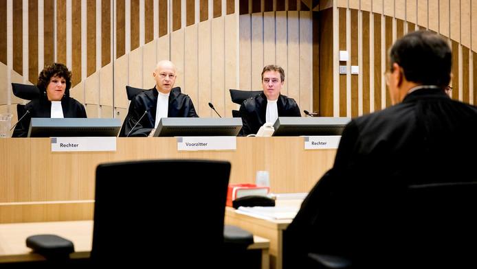 Beeld uit de rechtbank vandaag, met links de gewraakte rechter Elianne van Rens.