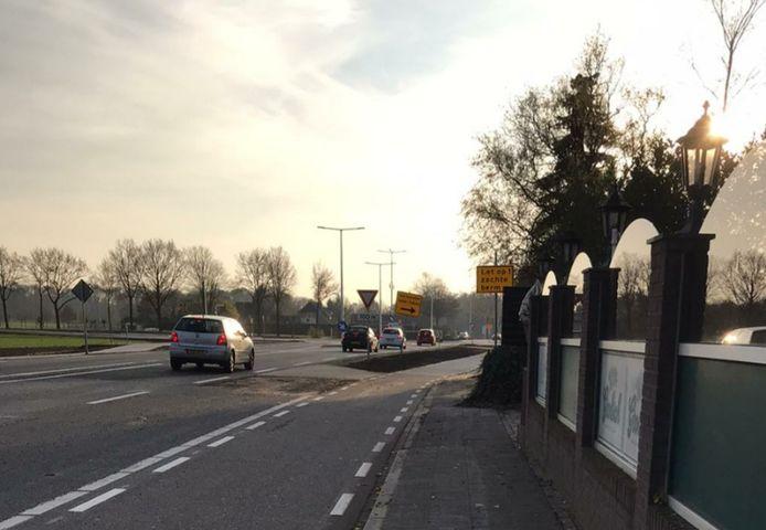 De weg van Oldenzaal naar Enschede, iets voor Lonneker bij café Halfweg.