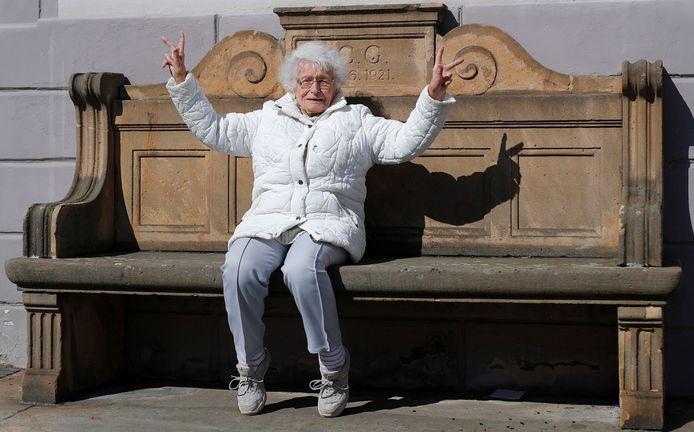 Een triomfantelijk Lisel Heise na haar verkiezing in de gemeenteraad.