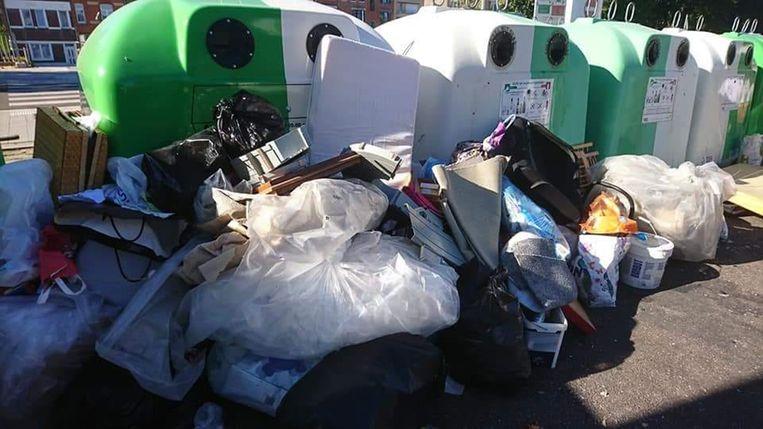 De sluikstorters lieten naast de containers kartonnen dozen en emmers achter