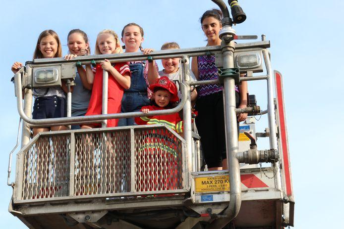 De kinderen mochten ook plaatsnemen in een ladderwagen.