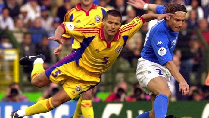 Constantin Galca in duel met de Italiaan Francesco Totti tijdens het EK 2000 in België en Nederland.