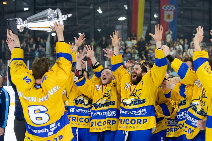 De spelers van Trappers vieren feest nadat ze in Deggendorf de derde Oberligatitel op rij hebben gewonnen.