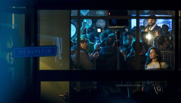 Selcuk Öztürk spreekt de aanwezigen toe in het partijkantoor van Denk. Beeld anp