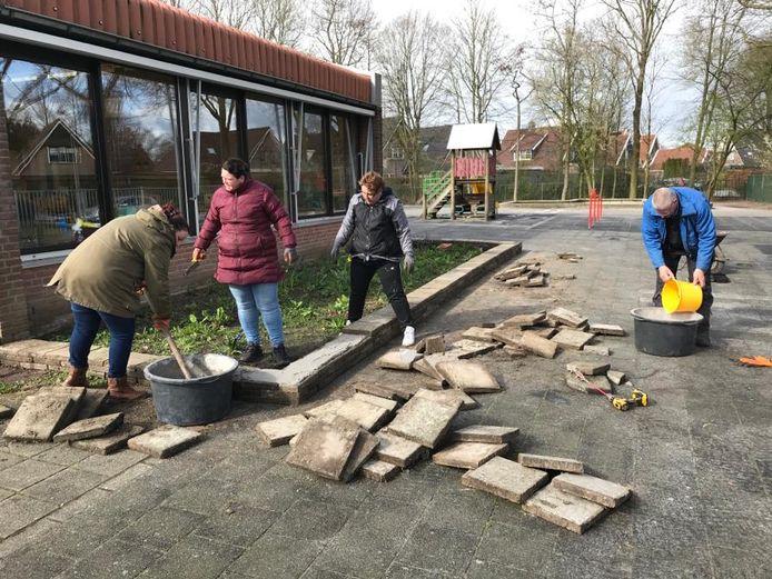 Basisschool De Schakel in Vroomshoop bouwt aan een groen schoolplein. Met hulp van ouders.