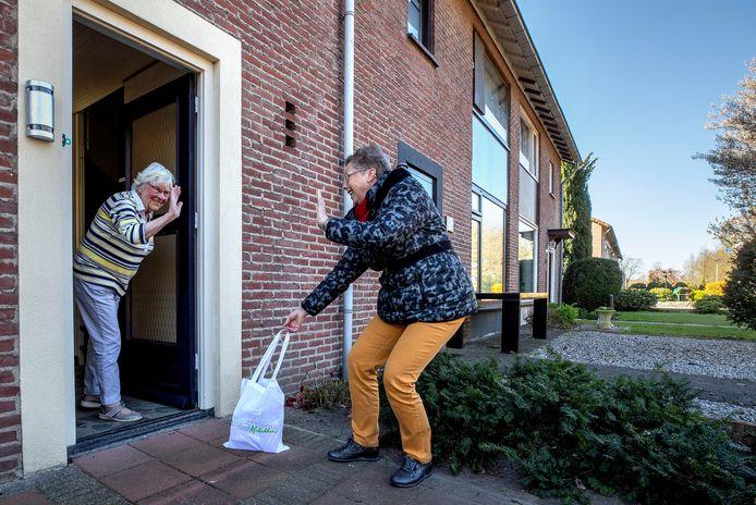 Ankie Slaats brengt boodschappen bij een 86-jarige plaatsgenoot.
