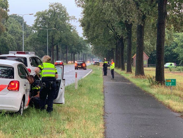 Man met schotwond aangetroffen in auto op N65 bij Haaren