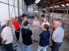 Minister Schouten ziet in Heeten jonge boer worstelen
