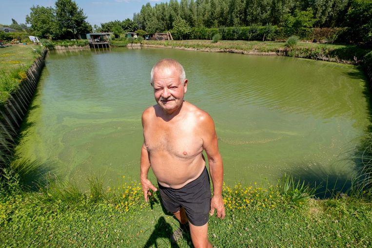 Frans Dewitte bij zijn visvijver, waarvan het waterniveau almaar daalt.