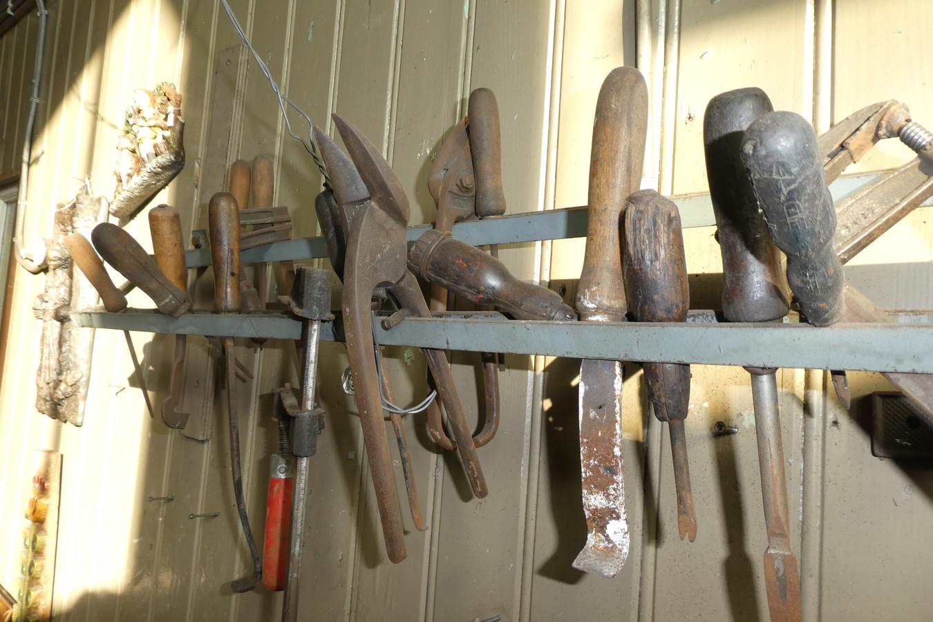 Oude gereedschappen hangen er nog aan de wand bij Saris.