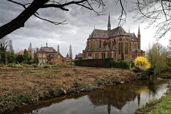 De Heilig Hartkerk in Boxtel met de naastgelegen pastorie.