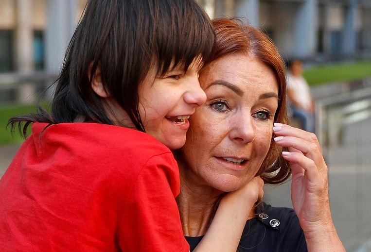 Charlotte Caldwellen en haar zoon Billy.  Billy lijdt aan een ernstige vorm van epilepsie en is afhankelijk van medicinale cannabisolie. Beeld Reuters