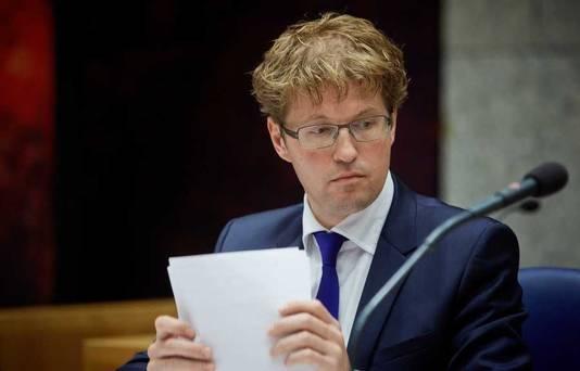 Staatssecretaris Sander Dekker tijdens het debat over sluiting van de islamitische school Ibn Ghaldoun.