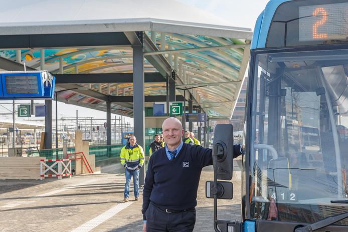 Buschauffeur Jan Fix op de eerste dag van ingebruikname nieuwe busstation in Zwolle.