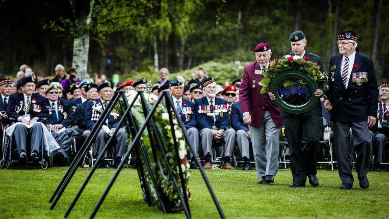 Veteranen leggen een krans tijdens Dodenherdenking op de Holterberg. Beeld anp