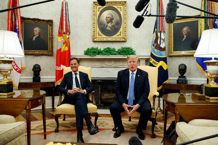 Rutte en Trump voor de fotosessie.