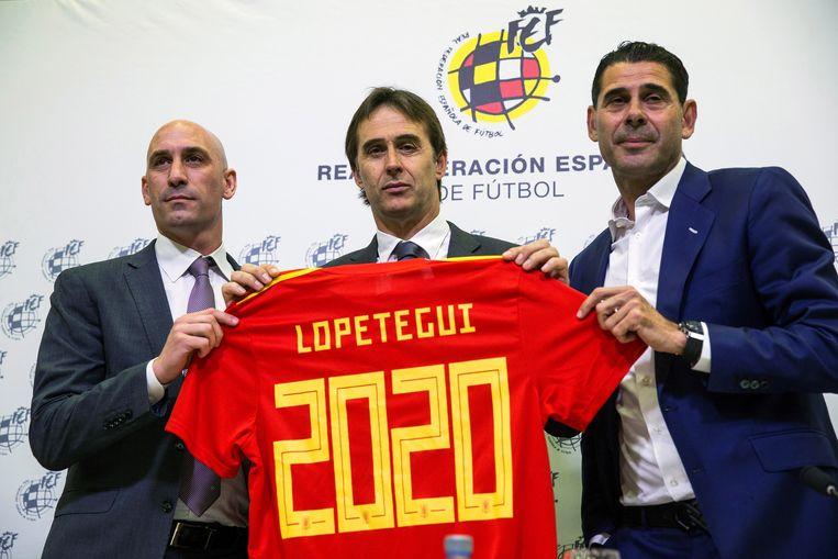 In mei van dit jaar verlengde Lopetegui zijn contract bij de Spaanse bond nog tot 2022. Van l naar r: Rubiales, Lopetegui en Hierro.
