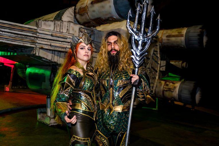 Roxanne en Marius zijn verkleed als Mera en Aquaman, personages uit de DC Comic-stripboeken.