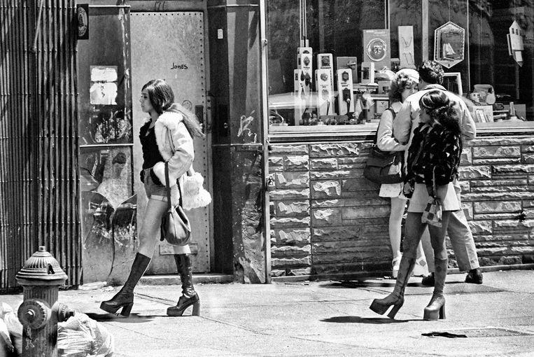 Times Square in de jaren zeventig. Een man onderhandelt over de prijs van een prostituee, twee andere lopen langs. Beeld Leland Bobbé