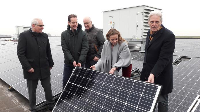 Wethouder Greetje Bos bevestigt samen met onder anderen algemeen directeur Henry Martens van Breepark (midden) het laatste van 3648 zonnepanelen op het dak van het evenementencomplex in Breda.