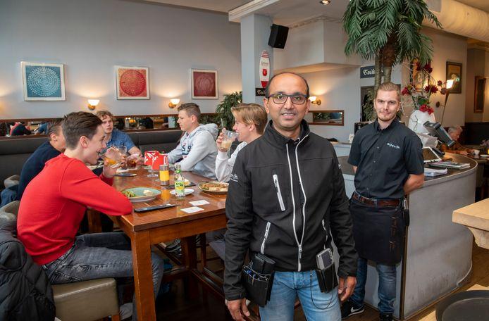 Bij De Graaf van Gelre in Harderwijk was het vanmiddag gezellig druk. ,,Veel vaste gasten komen op de valreep nog even een hapje eten, ook om ons een hart onder de riem te steken'', aldus eigenaar Sanjay Kowlesar (m.)